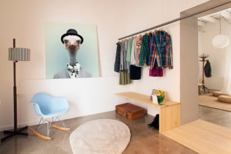 Il progetto realizzato dallo studio nookarchitects ha recuperato le travi del soffitto e il pavimento originale. Nell'immagine si intravedono le figure dei tre progettisti. I mobili usati per il servizio sono di www.casajornet.com e www.sillas-muebles.com