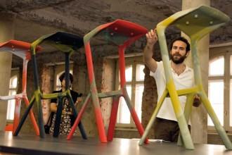 Jonathan Olivares vicino agli sgabelli di Grcic per Plank. Da buttare perché nascono nella fase del cambio del colore nello stampo. ©TaÌnia ArauÌjo