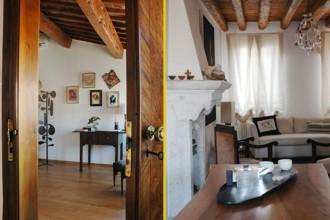 Il legno è protagonista degli interni. Travi a vista color miele per il soffitto del primo livello