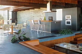Il living dell'abitazione del fotografo Steve Shaw è arioso e aperto. Alluminio
