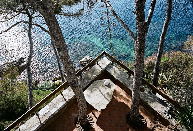 La villa che nasce sulle rocce della scogliera