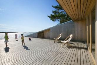 La terrazza di Villa Mecklin si allunga sulla costa rocciosa e si protende verso il mare