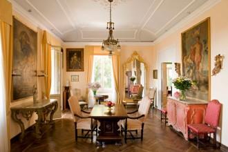 Il salone di Villa Olimpo conserva il parquet e gli stucchi originali dell'inizio del secolo scorso