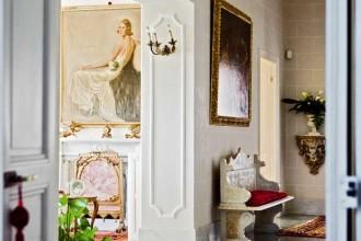 L'atrio di accesso al piano nobile arredato da imponenti elementi in marmo e da una preziosa quadreria. Alcuni elementi strutturali