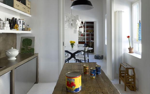 La cucina progettata dallo studio b-arch abbina linee essenziali e dettagli caldi