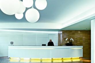 La reception del Watttredici Hotel di Milano (www.watttredicihotel.com). Raggruppate