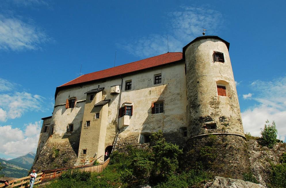 -Castello_di_Rodengo_da_ovest