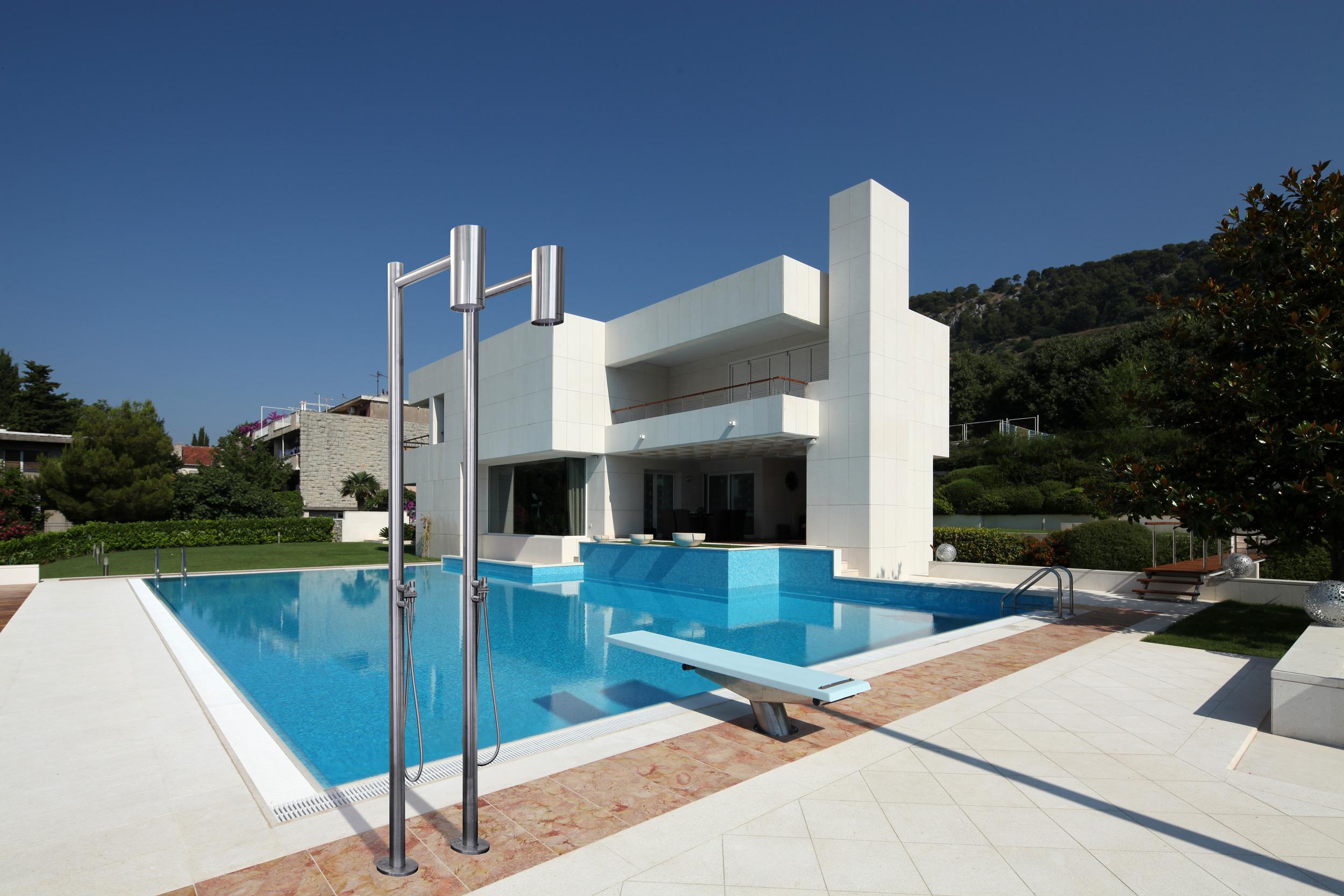 Docce da giardino 15 idee per l 39 estate living corriere - Docce per piscine esterne ...