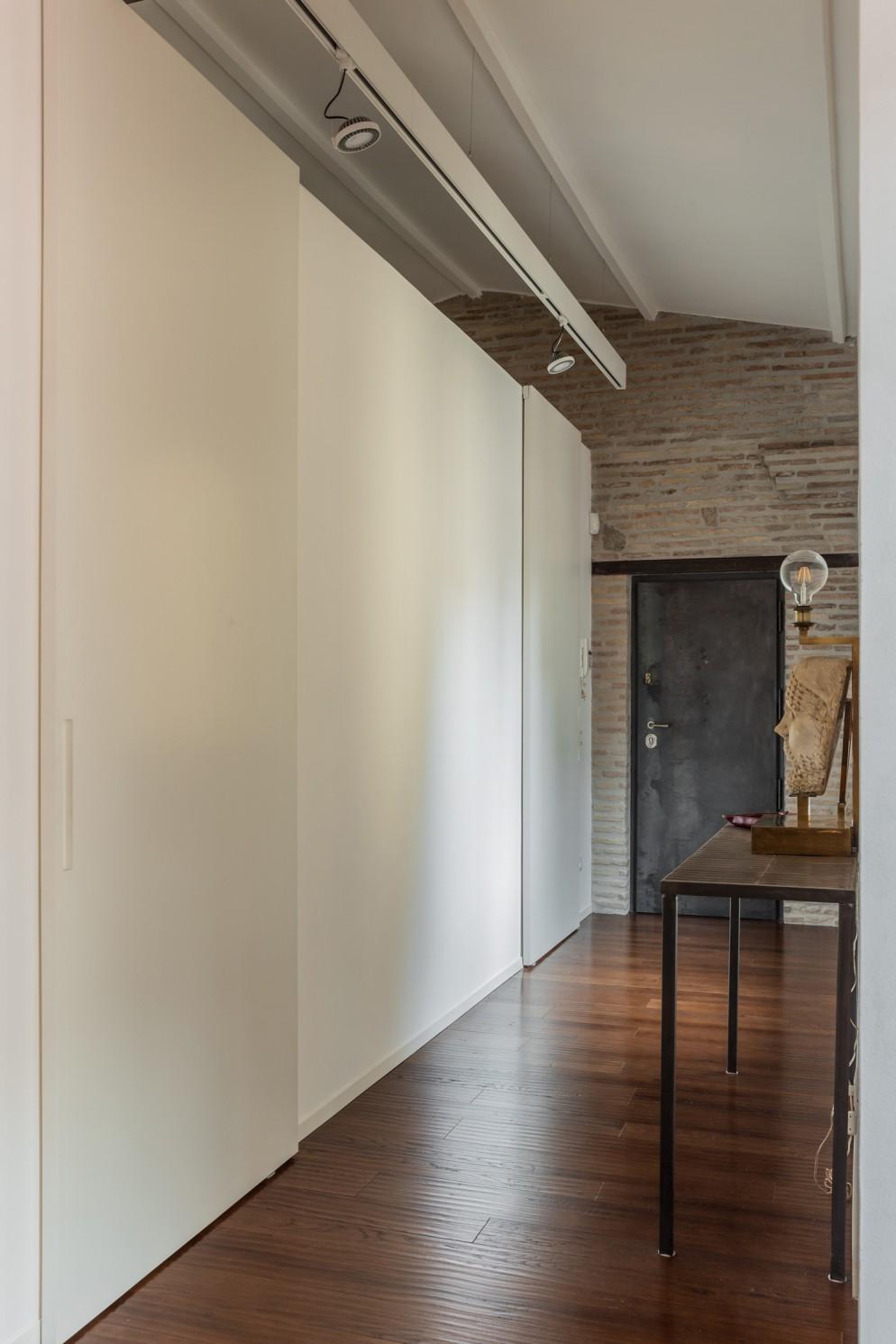 Porte Scorrevoli Stile Industriale foto di una casa in stile industriale a roma - living corriere