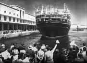 La nave Vulcania, carica di emigranti, salpa dal porto di Napoli