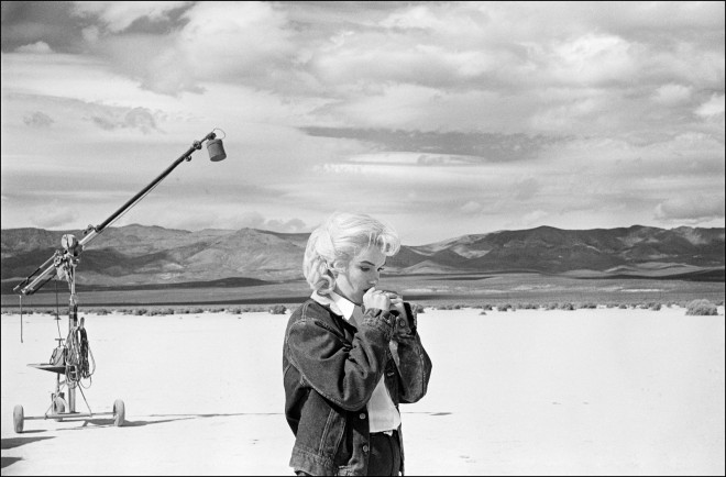 """USA. Nevada. US actress Marilyn MONROE on the Nevada desert going over her lines for a difficult scene she is about to play with Clarke GABLE in the film """"The Misfits"""" by John HUSTON. 1960."""