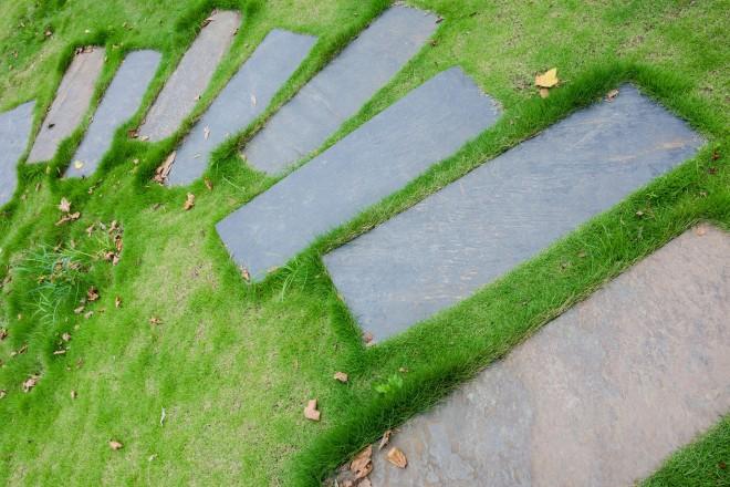 iStock-497176396-percorso-di-pietra-grigia-con-schema-asimmetrico-