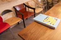 sedie e libro 2