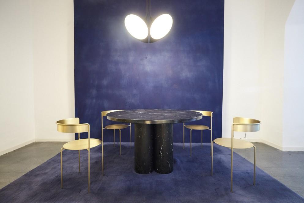 Tavolo di Ana Kras, Sedie Paulo Venzon