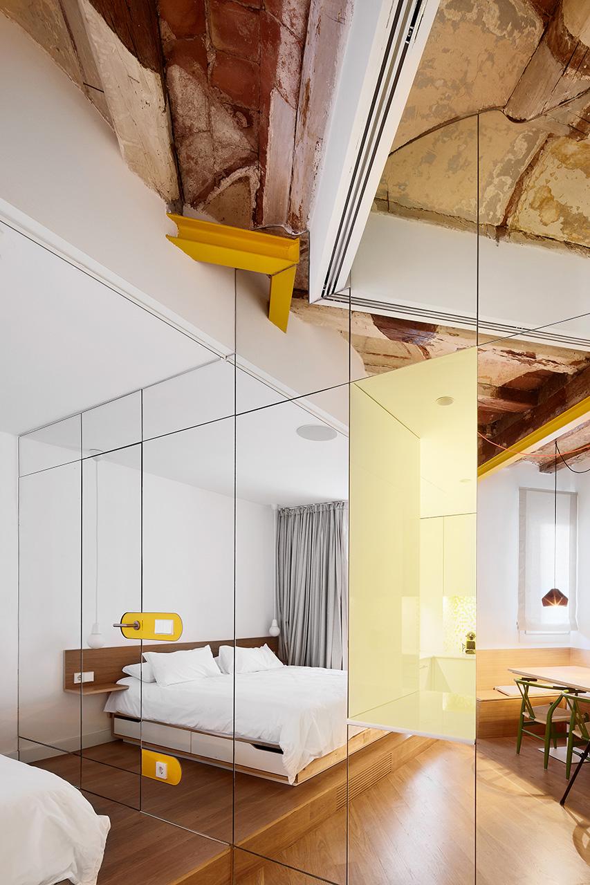 Ristrutturare casa con specchi e colore foto living for Corriere casa