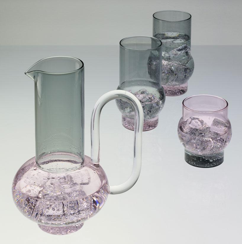 tom dixon disegna un servizio da t in vetro rosa e grigio. Black Bedroom Furniture Sets. Home Design Ideas