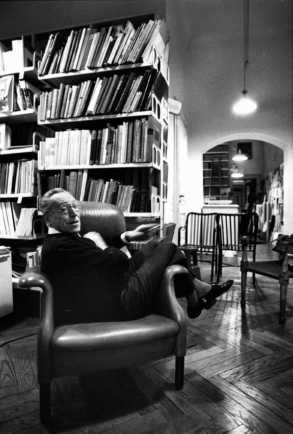 Milan march 2003 - Architect and industrial designer Achille Castiglioni in his house . His bookshelves on the background Milano marzo 2003 - L' architetto e industrial designer Achille Castiglioni fotografato a casa . La sua libreria sullo sfondo.