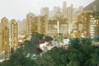 Francesco Jodice, What We Want, Hong Kong, T46, 2006 Stampa digitale su carta cotone, plexiglas, alluminio, 105x135 cm © l'artista Collezione Fondazione Cassa di Risparmio di Modena - FONDAZIONE MODENA ARTI VISIVE