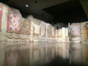 Teatro Romano. Mimmo Paladino, Ritiro, 1992 ottone, serigrafie e pittura