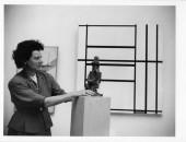 Peggy Guggenheim al padiglione greco vicino a Jacques Lipchitz, Pierrot seduto (1922); alle spalle Piet Mondrian, Composizione n. 1 con grigio e rosso 1938 / Composizione con rosso 1939 (1938–39), XXIV Biennale di Venezia, 1948