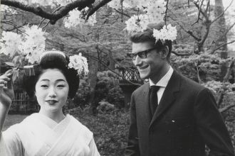 Yves-Saint-Laurent-en-compagnie-une-courtisane-Kyoto