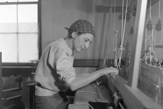 Anni-Albers-in-her-weaving-studio-at-Black-Mountain-College,-1937