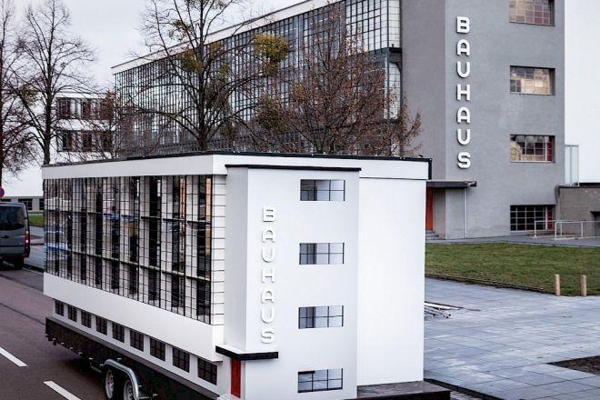Wohnmaschine von Van Bo Le Mentzel  vor dem Bauhaus in Dessau, 02.01.2019