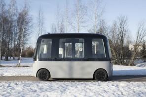 Il bus con guida autonoma di Muji sfreccia al Nord