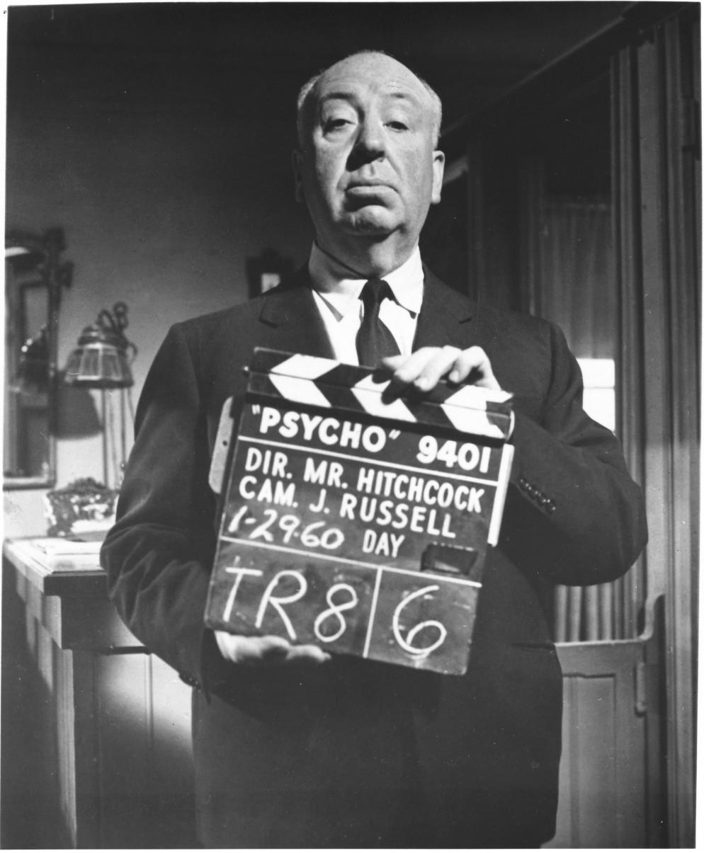 Alfred Hitchcock regge un ciak durante le riprese di Psyco (1960)Psyco © Universal Pictures
