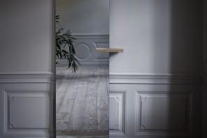 Appoggiati ad uno specchio con una mensola