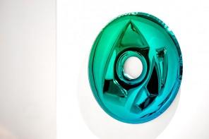 Oskar Zieta disegna uno specchio 'gonfiabile'