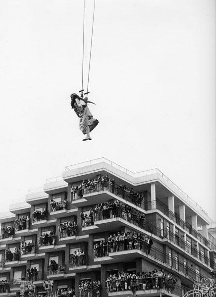 Mimmo Jodice, Il volo dell'Angelo a Giugliano, 197230,5 x 24 cm Stampa vintage al bromuro ai sali d'argento su carta baritata
