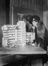 Hilla Rebay vicino a un modello del Guggenheim Museum