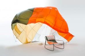 Le sedie a dondolo che riciclano i paracadute