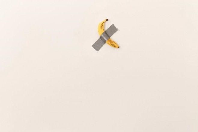 La nuova opera di Maurizio Cattelan è una banana su un muro
