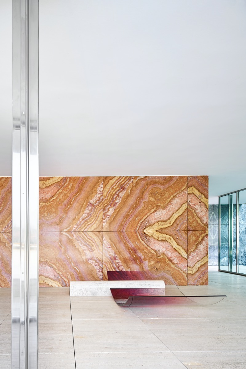 sabine-marcelis-no-fear-of-glass-mies-van-der-rohe-barcelona-living-corriere-01