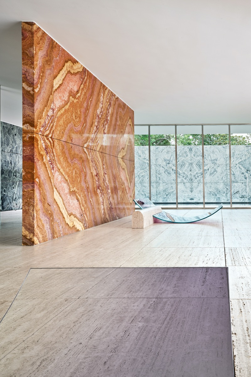 sabine-marcelis-no-fear-of-glass-mies-van-der-rohe-barcelona-living-corriere-12