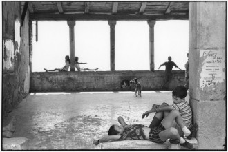 Henri Cartier-Bresson, 'Simiane-la-Rotonde, France, 1969', épreuve gélatino-argentique de 1973 © Fondation Henri Cartier-Bresson / Magnum Photos