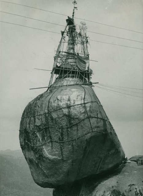Pagoda di Kyak i Thi ro sospesa su un macigno, Brimania, 1953