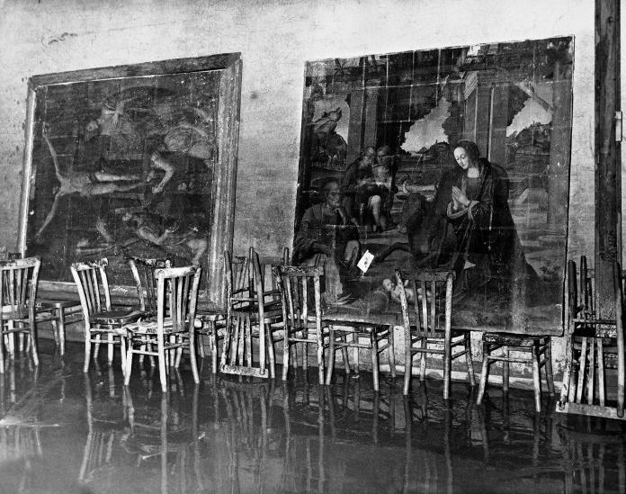Una sala delle Gallerie degli Uffizi dopo l'alluvione di Firenze