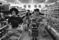 1967. Milano, supermercato nel quartiere di Baggio.