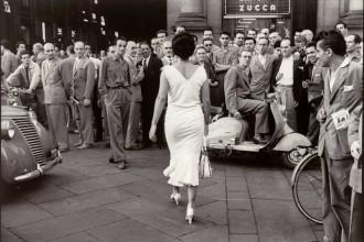 Mario De Biasi, Gli italiani si voltano, Moira Orfei, 1954 © eredi di Mario De Biasi