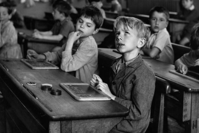 4_Robert-Doisneau,-L'information-scolaire,-Paris-1956-©-Atelier-Robert-Doisneau