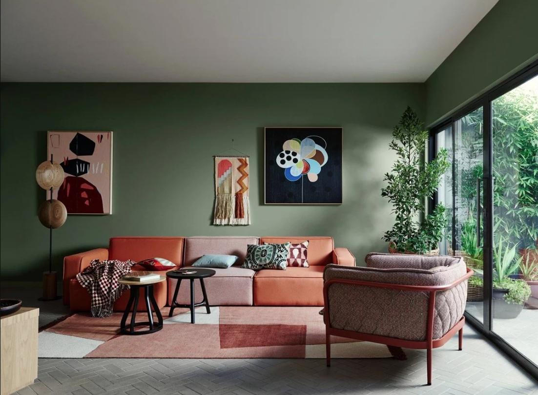 Divano Rosso E Grigio pareti verdi in soggiorno: le palette da provare