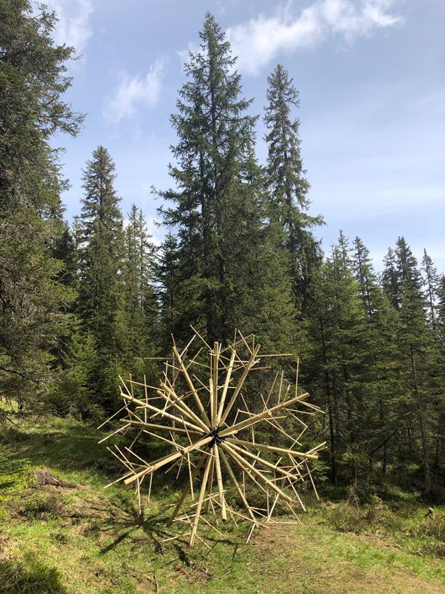 """Alessandro Ferri (Dado), Lettera """"O"""" il suono sordo del tarassaco, 2020, legno e ferro, 600 x 300 cm; courtesy l'artista"""