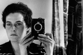 Inge Morath, Autoscatto, Gerusalemme, 1958, © Fotohof archiv/Inge Morath/ Magnum Photos