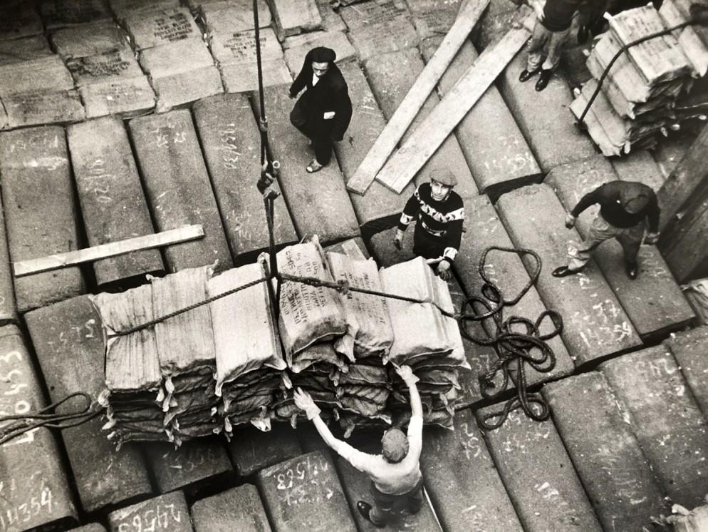 Lisetta-Carmi,-Genova-Porto,Lo-scarico-delle-merci-1964,-@-Lisetta-Carmi-Martini-_-Ronchetti