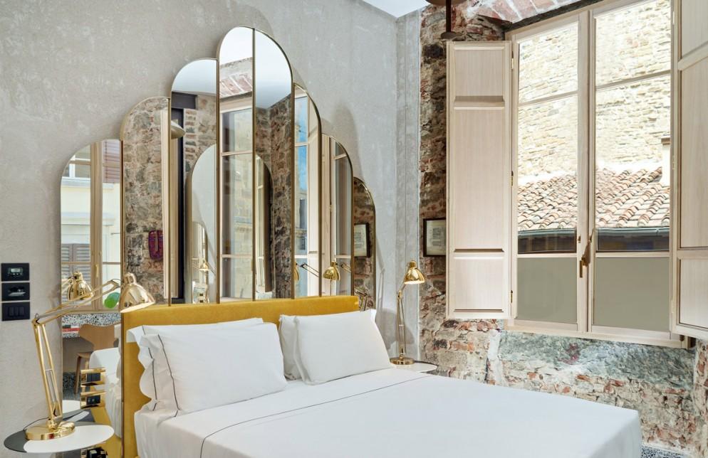 specchio parete dietro letto