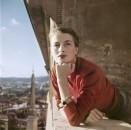 Capucine_modella e attrice francese al balcone_Roma_Agosto 1951_Credits Robert Capa_International Center of Photography - Magnum Photos