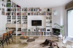 La casa madrilena con la libreria a tutta altezza